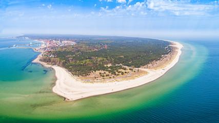 Półwysep Helski - panoram z lotu ptaka. Plaże na helu i miasto w oddali. Krajobraz morski z zamglonym horyzontem.