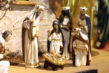 Weihnachtskrippe mit Jesuskind, Maria und Josef und den Heiligen Drei Königen