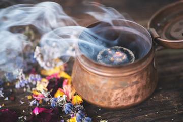 Weihrauch und Kräuter auf Räucherkohle