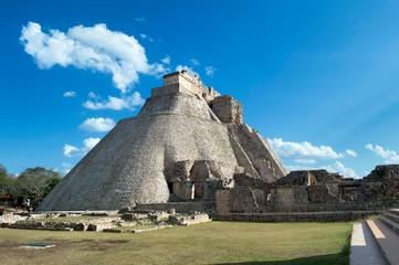 Vista lateral de la casa del Adivino. Sitio arqueológico de Uxmal, ubicado en Yucatán. Preciosa zona turística. UNESCO Patrimonio de la Humanidad
