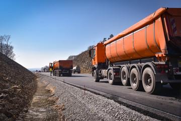 Straßenbau - Muldenkipper liefern an