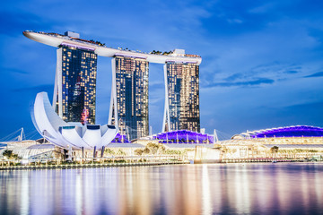 SINGAPORE, SINGAPORE - MARCH 2019: Skyline of Singapore Marina Bay at night with Marina Bay sands, Art Science museum and tourist boats Fototapete