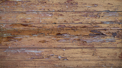 Alte Bretterwand mit abgeplatzten Lackresten