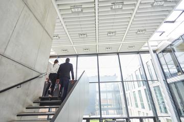 Geschäftsleute auf einer Treppe im Bürogebäude