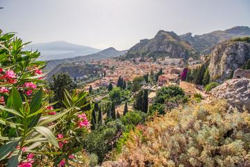 Aussicht auf den Vulkan Ätna, den historischen Ort Taormina und das Mittelmeer vom antiken Theater in Taormina, Sizilien Fototapete