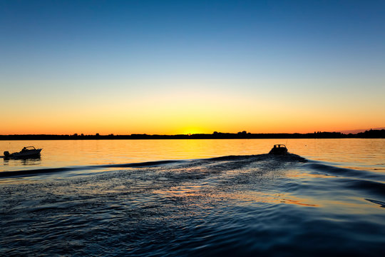 Boote fahren in den Sonnenuntergang