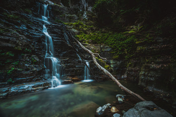 Fotobehang - Waterfall  and swimming hole in mountain wilderness