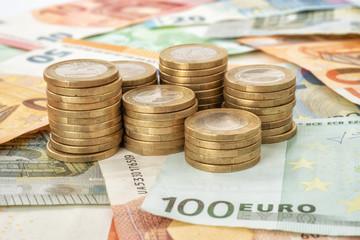 Fotomurales - Euromünzen auf Geldscheinen