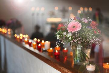 Lichtstrahlen und Blumen in einer Kirche