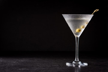 Foto auf Leinwand Alkohol Classic Dry Martini with olives on black background. Copyspace