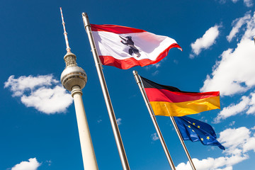Berlin - Fernsehturm mit Fahnen - quer