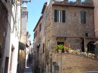 Urokliwa wąska uliczka. Tivoli, Italia