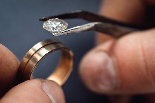Workflow jeweler. Fitting a gemstone for the future of the golden ring