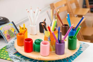 Tisch mit Buntstiften im Kindergarten