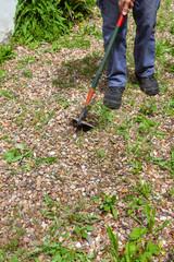 Désherbage écologique - jardinier passant la binette