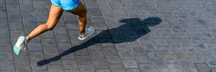 frau beim joggen auf einer Straße