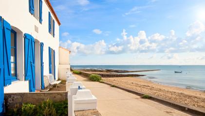 Fototapeta Maison en bord de plage sur l'île de Noirmoutier obraz
