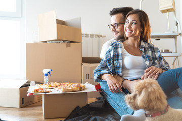 Young couple moving to a new apartment with their dog together relocation - Stock Image