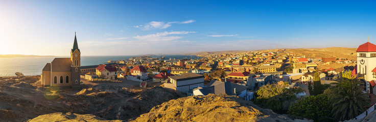 In de dag Diepbruine Luderitz in Namibia with lutheran church called Felsenkirche at sunset