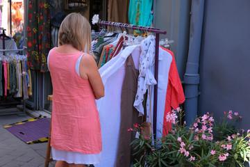 Femme faire du shopping