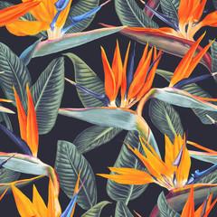 Modèle sans couture avec des fleurs tropicales et des feuilles de Strelitzia Reginae sur fond sombre. Style réaliste, dessiné à la main, vecteur. Arrière-plan pour les impressions, le tissu, les papiers peints, le papier d& 39 emballage, l& 39 affiche, la