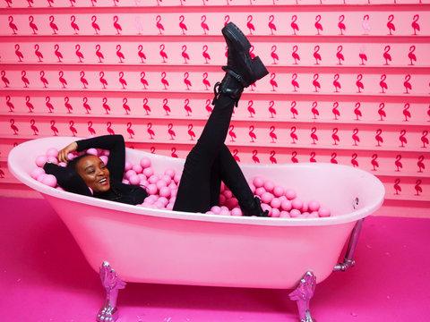 Afrikanische Teenagerin in Bällebad