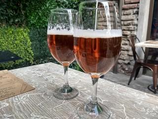 Brindando con una cerveza