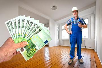 Handwerker bekommt nach Schwarzarbeit Geld in die Hand