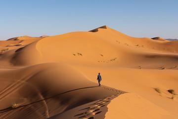 Touriste qui marche dans les dunes, désert de Merzouga
