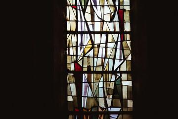 Lumière dans un vitrail aux formes abstraites