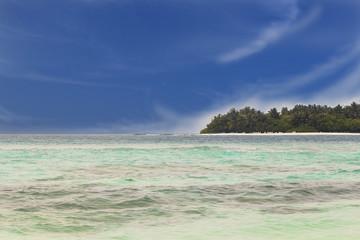 Turquoise blue water and white beaches. Rasdhoo island next to Kuramathi Maldives, Rasdhoo-Atoll.