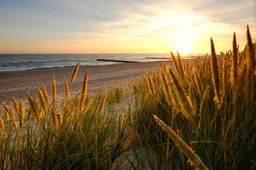 Wschód słońca na wybrzeżu Morza Bałtyckiego,Kołobrzeg,Polska.