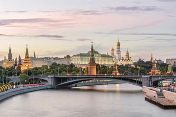 Fototapete - Moscow Kremlin at sunset, Russia. Panorama of Moskva River with ancient Kremlin, main landmark of Moscow. Scenic view of the famous Moscow city center. Beautiful landscape of Moscow in summer evening.