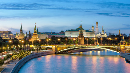 Fototapete - Moscow Kremlin and bridge over Moskva River at night, Russia. Panorama of the famous Moscow city center in summer evening. Ancient Kremlin is a top landmark of Moscow. Cityscape of old Moscow at dusk.