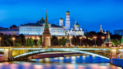 Fototapete - Moscow Kremlin at Moskva River, Russia. Scenic view of the famous Moscow city center at summer night. Panorama of Moscow Kremlin and old bridge in evening. Beautiful Moscow cityscape at dusk.