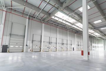 Obraz a big empty warehouse - fototapety do salonu
