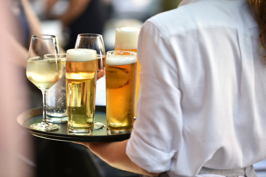 Kellnerin beim Getränke servieren im Restaurant