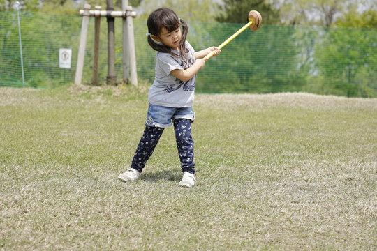 パターゴルフをする幼児(4歳児)