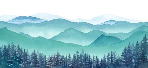 霧の山々と針葉樹林の眺め