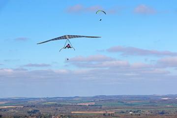 Fototapete - Hang glider flying at Combe Gibbet