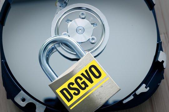 Festplatte und Vorhängeschloss mit in deutsch DSGVO in englisch GDPR