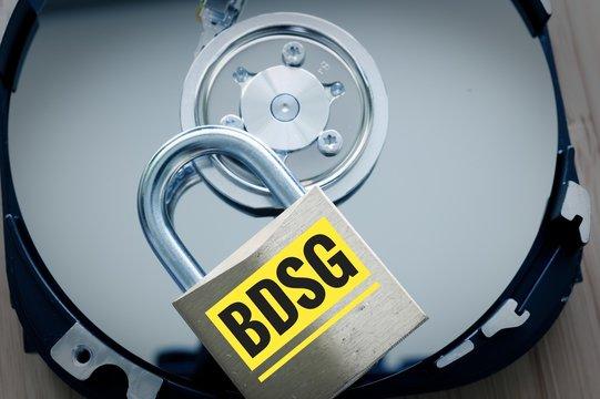 Festplatte und Vorhängeschloss mit in deutsch BDSG Bundesdatenschutzgesetz in English Federal Data Protection Act
