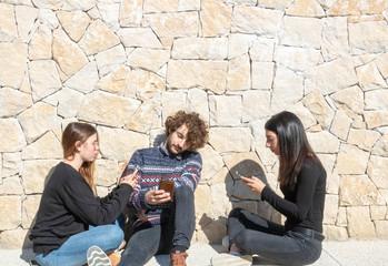 Question de société : Isolement à cause de l'utilisation addictive des smartphones, mode de vie connectée Wall mural