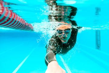 Unterwasseransicht des professionellen männlichen Schwimmer trainings im Swimmingpool