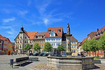 Obraz Schleusingen: Marktplatz mit Rathaus (17. Jh.,Thüringen) - fototapety do salonu