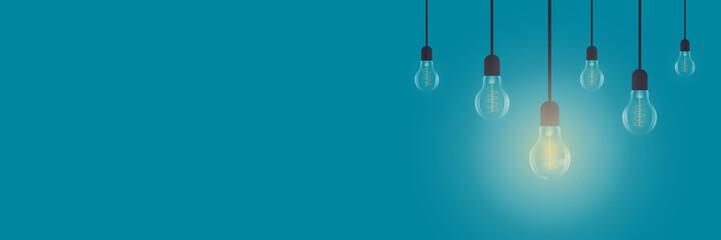 Leuchtende Glühbirne auf blauem Hintergrund