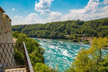 Flusslauf beim Rheinfall bei Schaffhausen im Sommer