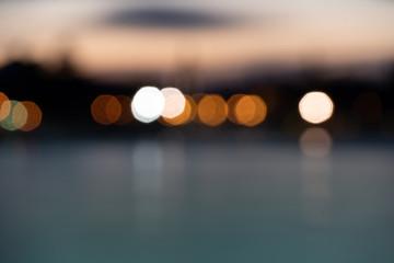 fond abstrait bokeh au bord du lac avec une ville en arrière plan