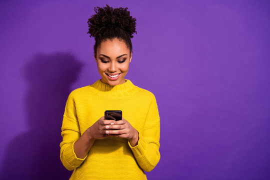 Portrait of her she nice attractive lovely winsome focused cheerful cheery wavy-haired girl holding in hands device chatting on web isolated over bright vivid shine violet background