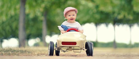kleines Mädchen fährt im Tretauto im Park